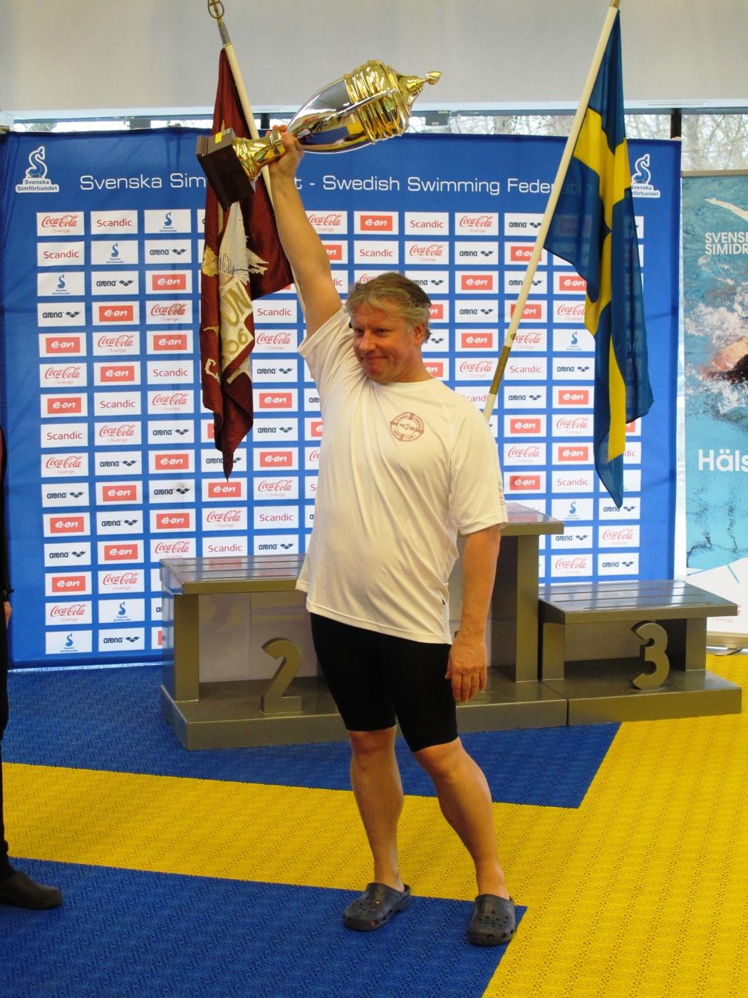 Anders Berlin                                               Netptun hæver pokalen for                                               bedste klub ved Masters SM                                               2015
